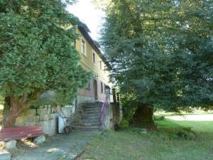 Haupthaus mit Linde