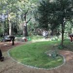 Ständig muss Kraut und Gras von den Wegen gerupft werden